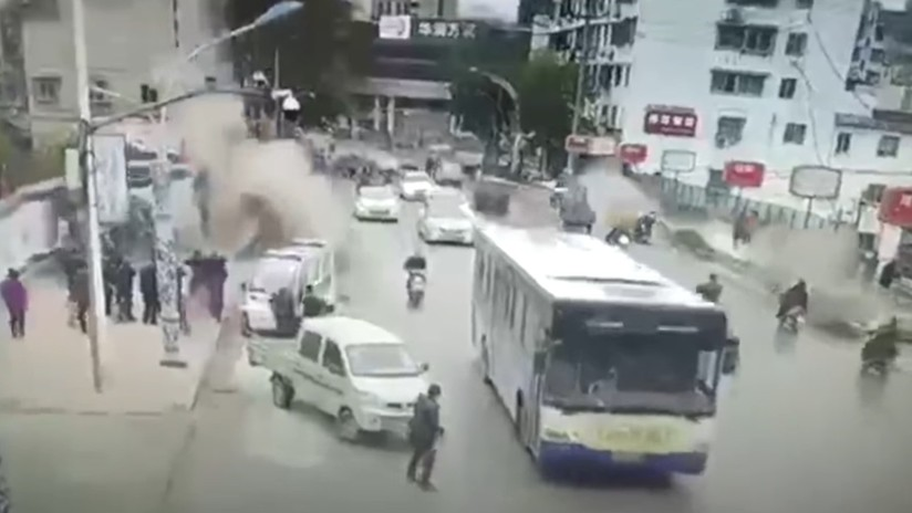 VIDEO: Horripilante momento en que peatones salen volando tras una explosión en una concurrida calle