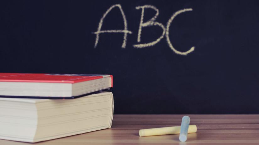 Suspenden a una maestra colombiana que les quitaba la merienda escolar a los niños y los golpeaba