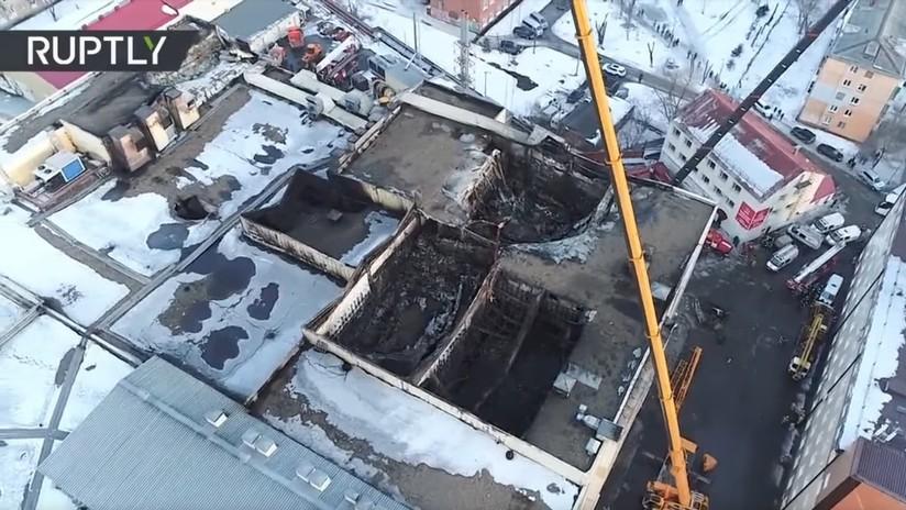 Dramático video grabado con dron muestra cómo quedó el centro comercial incendiado en Rusia