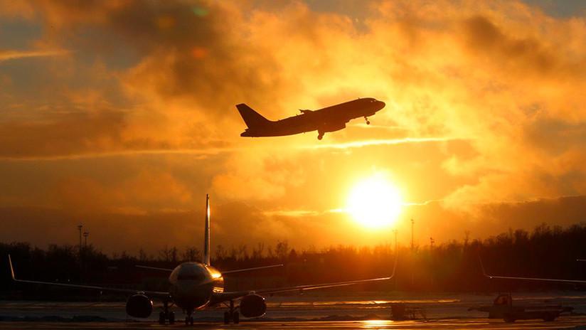 Evacúan un avión en un aeropuerto de Moscú por humo en la cabina (VIDEOS)