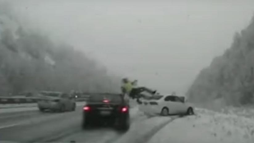 FUERTE VIDEO: Un coche pierde el control y atropella a un policía en EE.UU.