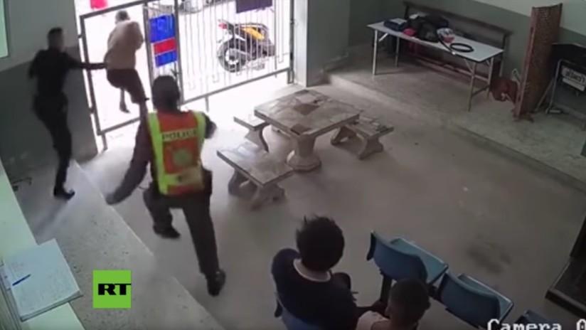 VIDEO: Dos presos con grilletes en los pies se fugan de una corte en Tailandia