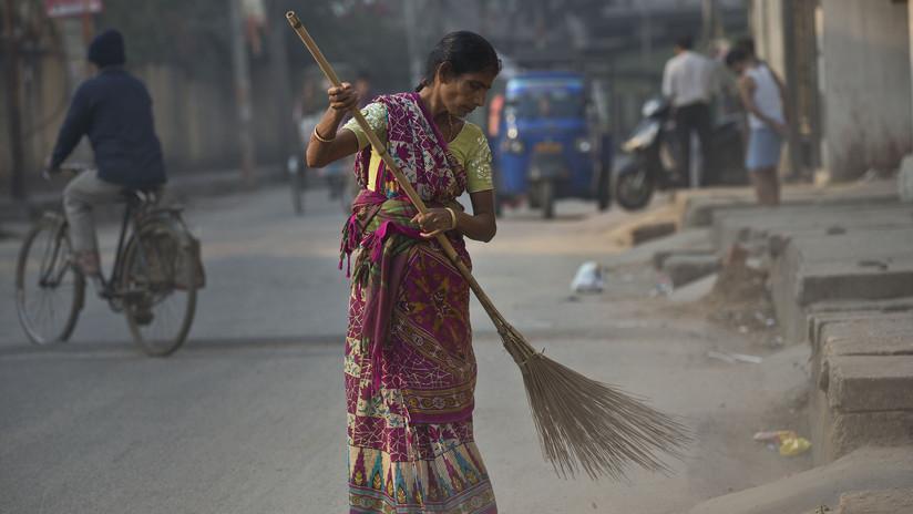 Desnudan, pegan y pasean a dos sospechosos de violar a una menor en la India