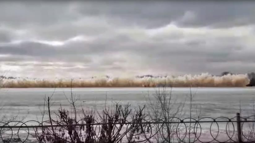 VIDEO: Una explosión hace volar el hielo de un río y los vidrios de varios edificios en Kazajistán
