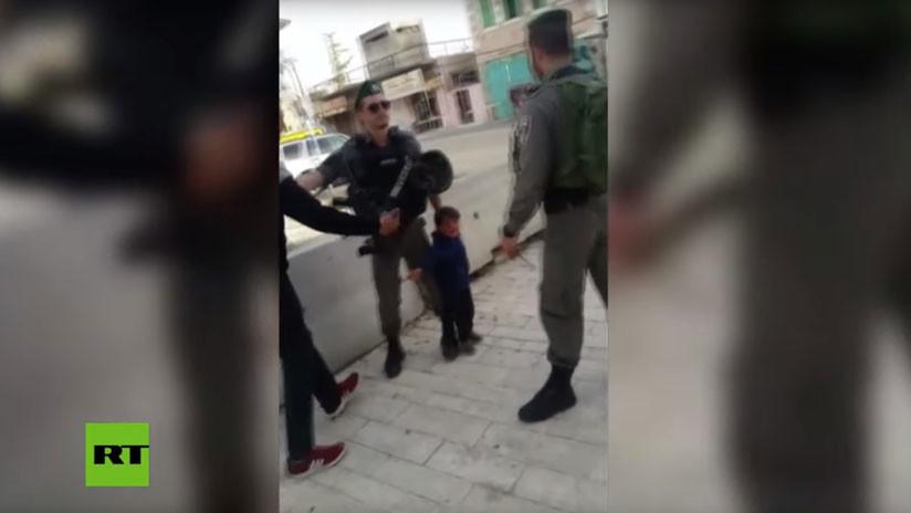 VIDEO: Guardias fronterizos de Israel detienen brevemente a un niño palestino de 3 años