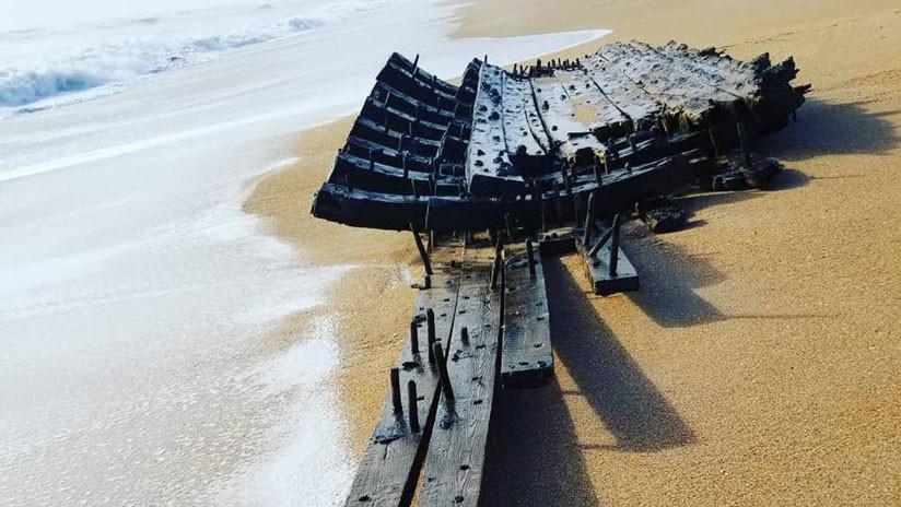 """""""El Santo Grial de las naves hundidas"""": Hallan un posible barco del siglo XVIII en una playa (VIDEO)"""