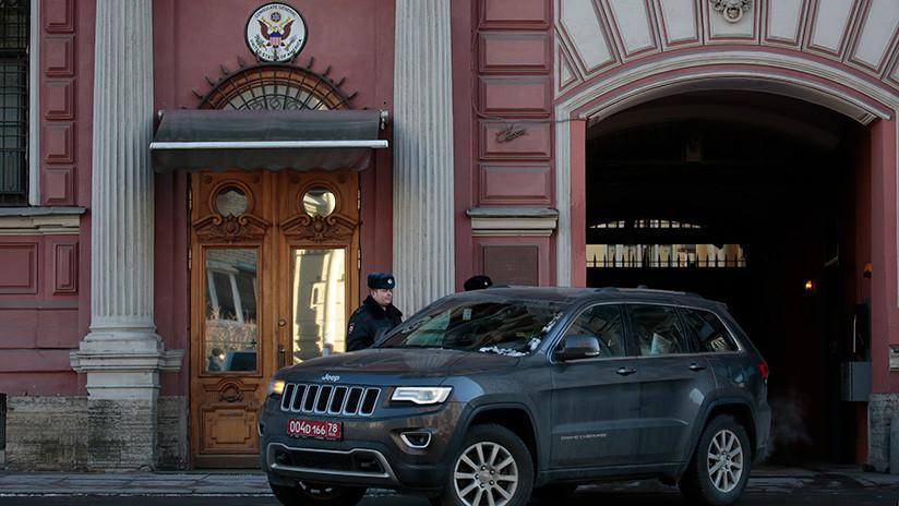 VIDEO: Exempleado del Consulado de EE.UU. en San Petersburgo hace un vulgar gesto a los periodistas