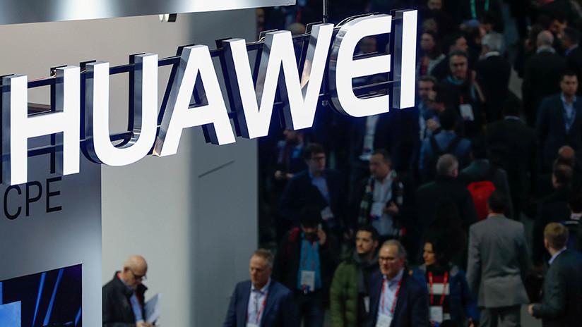 FOTO: Huawei patenta un teléfono que se dobla como un libro
