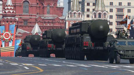 Unidades móviles rusas de lanzamiento de misiles Topol-M conducen en formación durante el desfile del Día de la Victoria en la Plaza Roja de Moscú el 9 de mayo de 2014.