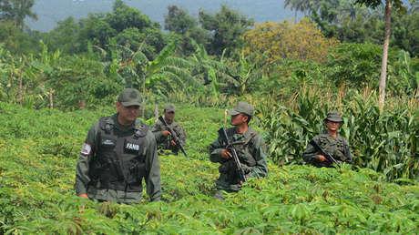 Soldados de la Guardia Nacional de Venezuela patrullan el río Táchira, en la frontera con Colombia. 21 de diciembre de 2016.