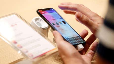 Un cliente prueba las características del iPhone X en una tienda de telecomunicaciones en Manama, Bahréin, el 3 de noviembre de 2017.