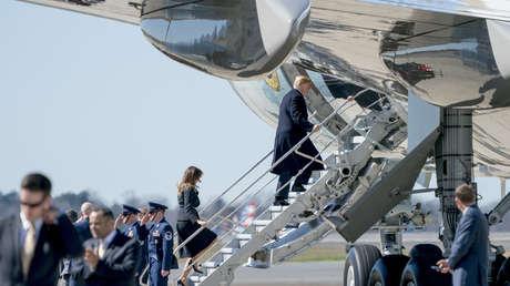Donald Trump y Melania Trump suben al avión presidencial en el auropuerto de la ciudad de Charlotte. Carolina del Norte, 2 de marzo de 2018.