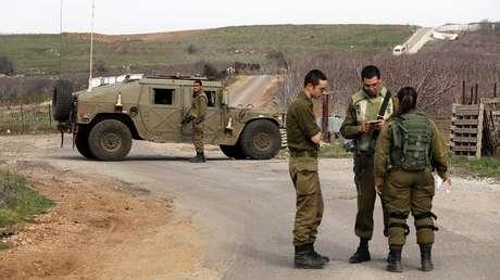 Soldados israelíes bloquean una carretera cerca de la frontera siria-israelí en los Altos del Golán.