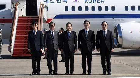 Chung Eui-yong, junto con el jefe de la Inteligencia surcoreana, Suh Hoon, y otros miembros de la delegación en el aeropuerto de Seongnam, Corea del Sur, el 5 de marzo del 2018.