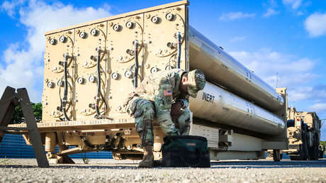 Un soldado del Ejército de EE. UU., durante una inspección de mantenimiento del sistema de arma de la zona de gran altitud terminal (THAAD) en la base aérea Andersen, Guam, 26 de octubre de 2017.