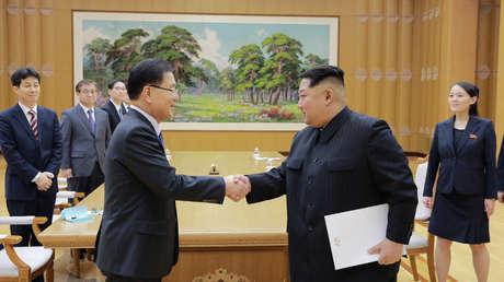 Kim Jong-un con un enviado especial del presidente surcoreano. Imagen difundida el 6 de marzo de 2018.