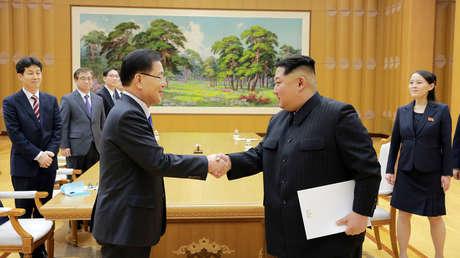 El líder norcoreano Kim Jong Un y el surcoreano Chung Eui-yong, de Seguridad Nacional, en Corea del Norte. 6 mar 2018.