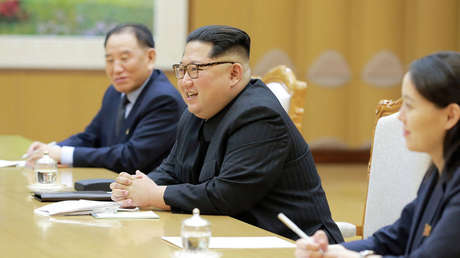 El líder norcoreano, Kim Jong-un, su hermana Kim Yo-jong y el general Kim Yong Chol en una reunión con la delegación surcoreana en Pionyang, Corea del Norte, el 5 de marzo de 2018.