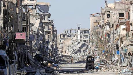 Ruinas de edificios cerca de la Plaza del reloj en Raqqa, Siria, 18 de octubre de 2017.