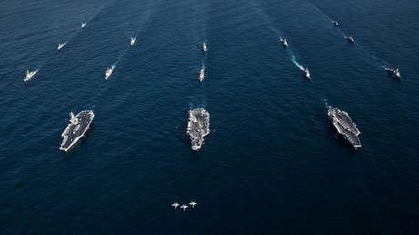 Tres cazas F/A-18E Super Hornet frente a los portaviones USS Ronald Reagan, USS Theodore Roosevelt, USS Nimitz y sus grupos de ataque, junto con naves de la Armada surcoreana, en el Pacífico Occidental, el 12 de noviembre de 2017.