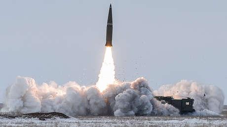 Lanzamiento del misil balístico ruso Iskander-M en el polígono de Kapustin Yar, en la región rusa de Astracán.