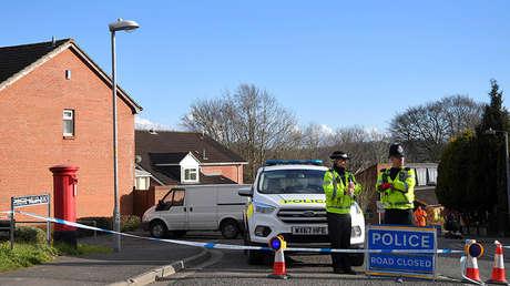 Agentes de la Policía acordonan la calle en la que vive Serguéi Skripal en Salisbury, Reino Unido, el 7 de marzo de 2018.