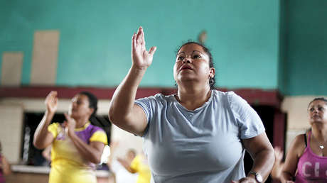 Una mujer participa en una clase de aeróbic. Los Guidos de Desamparados (Costa Rica), 20 de julio de 2015.