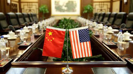 Banderas de Estados Unidos y China, en el Ministerio de Agricultura de Beijing, China, el 30 de junio de 2017.