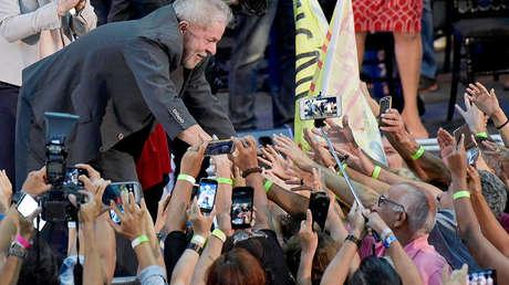 Luiz Inacio Lula da Silva, expresidente de Brasil, con sus seguidores. Belo Horizonte, 21 de febrero de 2018.