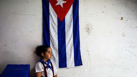 Una pionera vigila una urna durante la votación del 26 de noviembre de 2017 en La Habana, Cuba.