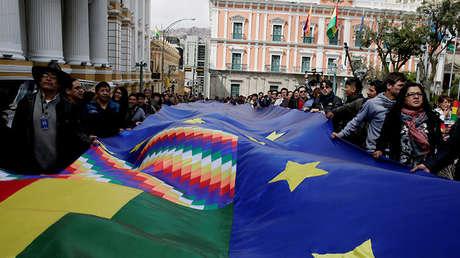 Personas marcha con una bandera gigante para apoyar la causa de mar para Bolivia. La Paz, Bolivia, el 26 de febrero de 2018.