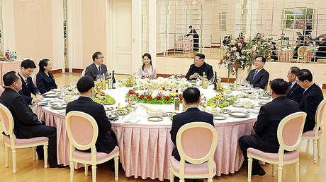 Chung Eui-Yong , jefe de la Oficina de Seguridad Nacional de Corea del Sur, habla con el líder norcoreano Kim Jong-un durante una cena organizada para la delegación surcoreana en Pionyang, Corea del Norte, el 5 de marzo de 2018.