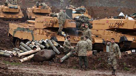 Soldados turcos en una aldea cerca de la frontera turco-siria en la provincia de Hatay, Turquía, el 24 de enero de 2018.