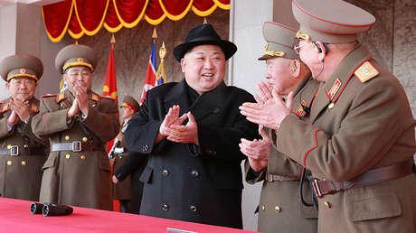 El líder norcoreano Kim Jong-un asiste a un desfile militar en Pionyang, el 9 de febrero de 2018.