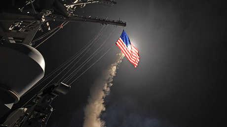 El destructor de misiles guiados USS Porter lleva a cabo operaciones de ataque mientras se encuentra en el Mar Mediterráneo, el 7 de abril de 2017.