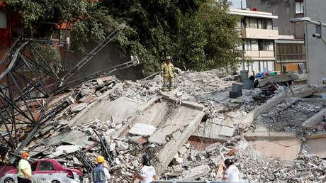 Rescatistas trabajan en un edificio derrumbado después de que un terremoto azotó la Ciudad de México, 19 de septiembre de 2017.