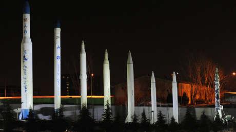 Réplicas de los cohetes espaciales y misiles balísticos de Irán en una exhibición en el Museo de la Defensa Sagrada de Teherán el 6 de febrero de 2014.