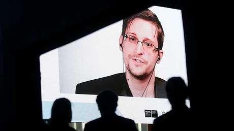 Edward Snowden habla a través de un enlace de video durante las Conferencias de Estoril, en la localidad homónima enPortugal, 30 de mayo de 2017.