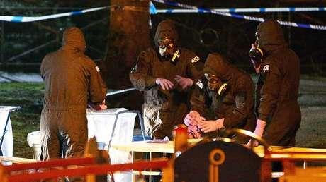 Trabajadores de los servicios de emergencia cerca del banco donde Serguéi Skripal y su hija Yulia fueron envenenados en Salisbury, Reino Unido, el 13 de marzo de 2018.