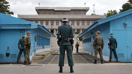 Soldados surcoreanos están de guardia en la zona desmilitarizada en la aldea fronteriza de Panmunjom.