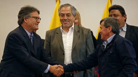Gustavo Bell, a cargo de la delegación de negociación de Colombia y Pablo Beltrán, representante del Ejército de Liberación Nacional, se dan la mano en Sangolquí, Ecuador. 15 de Marzo, 2018.