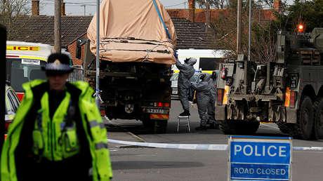 Personal militar retira un vehículo en la ciudad de Gillingham, Inglaterra, relacionado con el ataque de Salisbury. 14 de marzo de 2018.