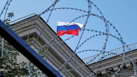 Bandera nacional rusa se ve en el techo de la embajada rusa en Kiev, Ucrania, 18 de septiembre de 2016.