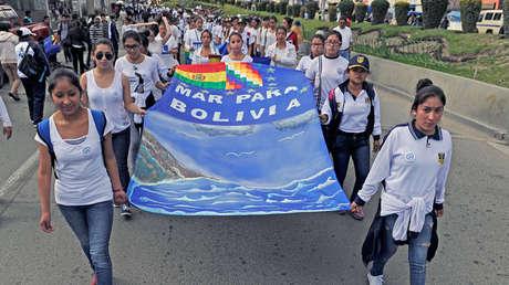 """Participantes en la marcha """"Marea Azul"""", convocada por la Armada boliviana el 21 de marzo de 2017."""