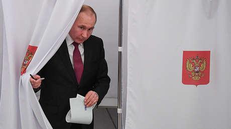 Vladímir Putin en un colegio electoral durante las elecciones presidenciales del 18 de marzo de 2018 en Rusia.