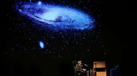 """Stephen Hawking imparte una conferencia sobre """"El origen del universo"""" en la sala de conferencias Heysel en Bruselas el 20 de mayo de 2007."""