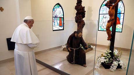 El Papa Francisco reza dentro de la capilla de San Francisco en Pietrelcina, Italia, el 17 de marzo de 2018.