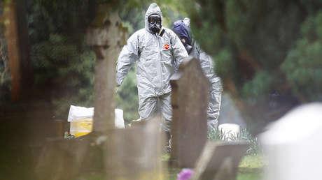 Miembros de los servicios de emergencia en el cementerio de Salisbury, Reino Unido, el 10 de marzo de 2018.