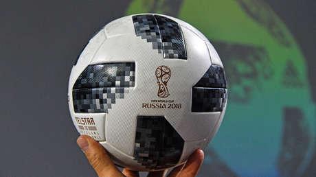 Un Telstar 18, el balón oficial de la Copa Mundial 2018, durante su ceremonia de presentación en Moscú, el 9 de noviembre de 2017.