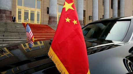 El coche del presidente Donald Trump con las banderas de China y EE.UU. durante su visita a Pekín, 9 de noviembre de 2017.